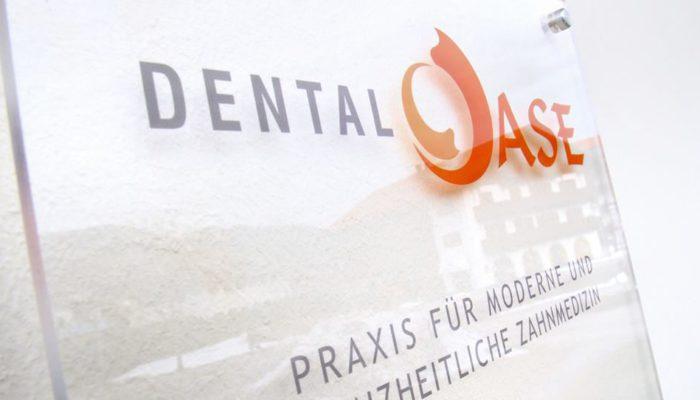 Das Schild der Zahnarztpraxis DentalOase